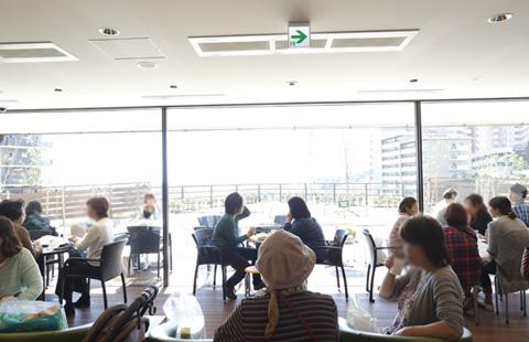 豊かな緑と大阪市内を一望できる<br /> 眺めの良いイートインスペース